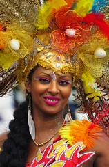 Sourire lumineux (Edgard.V) Tags: france francia frança paris parigi carnaval carnival carnavale tropical tropicale femme woman girl femina mulher garota ragazza bella beautiful belle charme charm sourire sonrisa sorriso smile plumes plumas feathers penne jaune giallo amarelo yellow rouge red rosso vermelho