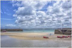 St Ives , Cornwall ... low tide ... (miriam ulivi) Tags: miriamulivi nikond7200 england stives cornwall cornovaglia lowtide bassamarea mare sea dinghies canotti barche boats faro molo lighthouse pier nuvole clouds cielo sky people