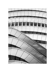 kurvig (Karl-Heinz Bitter) Tags: groningen architektur architecture curves windows fenster schwarzweiss blackwhite karlheinzbitter monochrom monochrome framed hoofdkantoor
