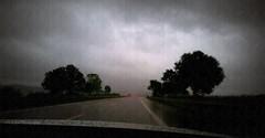 (Fay2603) Tags: ciel himmel sky clouds wolken regen rain piove dark dunkel buio road strada rue weather wetter sichtverhältnisse bäume trees alberi car auto wagen rückscheinwerfer rot rosso red rouge points punkte tupfen nass wet windschutzscheibe fahrt
