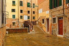 Venice : Gheto Novissimo / Ponte de Ghetto Nuovo (Pantchoa) Tags: venise italie vénétie pont ghettonovo rio pluie ville architecture 1685mmf3556 d7100 nikon rue place piazza façades portes fenêtres