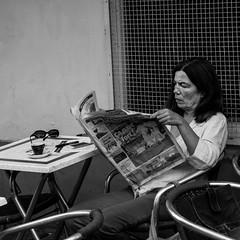 lecture matinale (jemazzia) Tags: extérieur outside matin morning journal news lecture reading café coffee noiretblanc blackandwhite