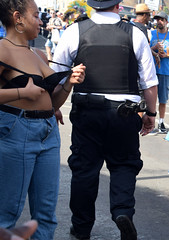 DSC_2791a Notting Hill Caribbean Carnival London Aug 28 2017 Police Constable and Girl Undressing in Black Bra (photographer695) Tags: notting hill caribbean carnival london exotic colourful costume showgirl performer aug 28 2017 stunning ladies police constable girl undressing black bra