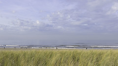 Mensen op het strand (Photographer Simon) Tags: katwijkaanzee nederland noordzee noordzeestrand stand zuidholland branding duin helmen horizon lucht mensen spelen wandelen wolken zee