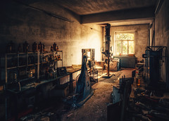 Die Werkstatt (-SebsTian-) Tags: sun shadow light dark bright urbex sony a58 sigma 1020