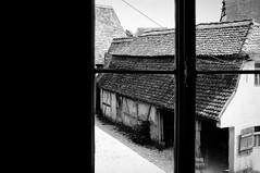 Am Fenster – At The Window (Bernd Kretzer) Tags: fenster window hinterhof backyard fränkisches freilandmuseum bad windsheim franconian open air museum franken franconia aussicht outlook schwarzweiss blackwhite nikon afs dx zoomnikkor 1855mm 13556g