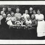 Archiv N629 Familientreff bei Oma und Opa, Familienfoto, 1920er thumbnail