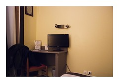 Houdan, France (Jordane Prestrot) Tags: jp22006 hôtel hotel chambre room habitación téléviseur tv television télévision télé televisor televisión tele blackhole trounoir agujeronegro jordaneprestrot houdan