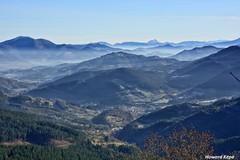 Orografia accidentada. (Howard P. Kepa) Tags: paisvasco euskadi bizkaia balmaseda kolitza montes bruma niebla valles pueblo