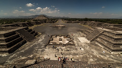 Teotihuacan (view full-screen) (Piotr_PopUp) Tags: teotihuacan pyramidofthemoon pirámidedelaluna pirámidedelsol mexico latinamerica pyramid pyramids mesoamerica archeology precolumbian calzadadelosmuertos avenueofthedead samyang 14mm wideangle crowdpleaser tourist tourism tourists symmetry
