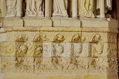 135 juillet 2017 - Candes Saint-Martin au confluent de la Loire et la Vienne, l'Abbatiale Saint-Martin (paspog) Tags: candressaintmartin saintmartin abbatiale abbatialesaintmartin loire vienne confluent juilley july 2015 sculptures statues