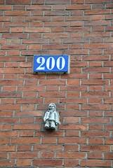 Anonyme (emilyD98) Tags: installation street art insolite rue mur wall city ville urban exploration paris collage personnage bonhomme numéro porte door