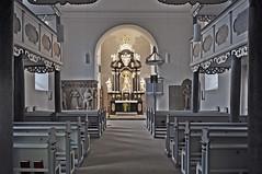 Christuskirche Burghaun - Altar und Kirchenbänke (Uli He - Fotofee) Tags: ulrike ulrikehe uli ulihe ulrikehergert hergert nikon nikond90 fotofee christuskirche christuskircheburghaun burghaun altar grabplatten orgel kirchenorgel taufbecken kanzel kreuz bibel