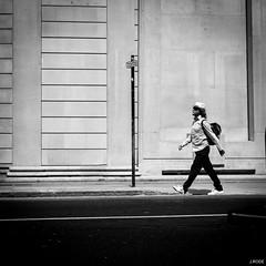 Proud (Julien Rode) Tags: angleterre carré city england london londres lumière nb personnage portfolio rue street streetphotography urbain urban ville
