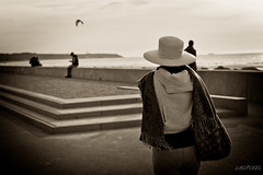 La dame au chapeau blanc  [Explored 2017 September 9] (LACPIXEL) Tags: dame woman femme mujer lady dama chapeau sombrero hat blanc blanco white plage beach playa cerfvolant kite cometa gens gente people personnes monochromes sac bolsa bag mer mar sea hautsdefrance pasdecalaise sony ilce 7rm2 zeiss flickr lacpixel
