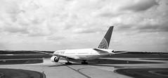 United Airlines B777 at Dulles Airport, Virginia, USA (Plan R) Tags: united airline dulles airport monochrome blackandwhite leica m 240 summilux