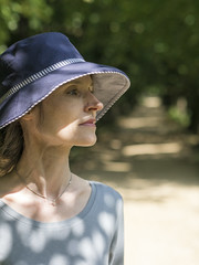 Mariëlle, Oxford 2017: Spots of sun (mdiepraam (25m)) Tags: oxford 2017 magdalencollege england britain marielle portrait pretty gorgeous attractive mature fiftysomething brunette woman lady milf elegant classy hat necklace garden