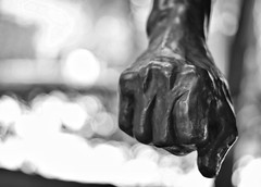Hand bokeh (Mister Blur) Tags: bokeh dots bronze sculpture musée rodin museum paris france blur background depthoffield blackandwhite bw blancoynegro noireetblanc snapseed nikon d7100 50mm f18 hbmt
