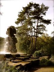 P1340862 PARIS ,PARC FLORAL ,bois de Vincennes  , le totem et les rochers de la fontaine  monumentale  , sur le bord du plan d'eau (closier.christophe) Tags: rochers totem pland'eau fontaines paris boisdevincennes parc parcfloral parcfloraldeparis