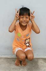 peace squatter (the foreign photographer - ฝรั่งถ่) Tags: girl child squatting peace signs khlong thanon portraits bangkhen bangkok thailand canon kiss