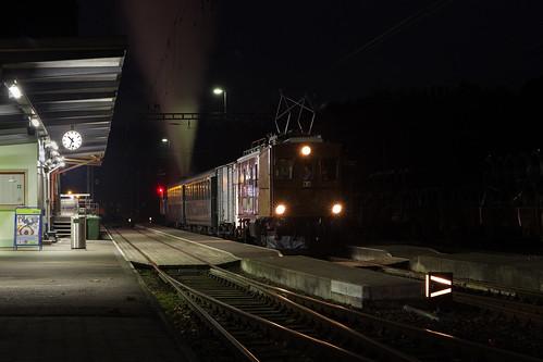VHE Te 2/3 31 Halbesel mit Extrazug im nächtlichen Bahnhof von Sumiswald-Grünen