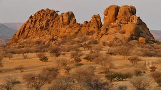riesige Felsen im Abendlicht