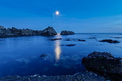 Reflet de lune un jour d'halloween (Elisabeth Lys) Tags: nikon d7200 sigma1020mm 1020mmf35 mer nuit lepouliguen halloween october bleu blue longexposure long exposure