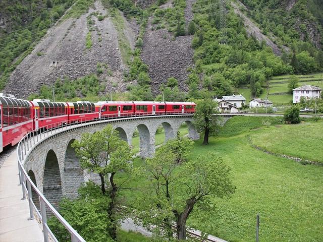 ミラノから行くスイス 世界遺産ベルニナ急行とバスで行く日帰りの旅(鉄道旅行・列車の旅のオプショナルツアー)