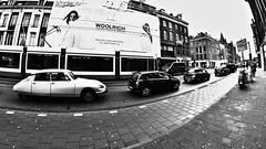 Old Citröen, New Tram, Olde Amsterdam (André Felipe Carvalho) Tags: amsterdam preto branco cidade street streetphotography holanda