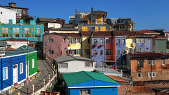 Colorful #Valparaiso 7031 as seen by #ArturoNahum (Arturo Nahum) Tags: valparaiso chile arturonahum travel viajes unescoworldheritagesite uhd 4k fachadas facades doors windows puertas ventanas 600