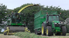 John Deere 7780i ProDrive filling a Broughan Engineering Mega HiSpeed Trailer drawn by a John Deere 6155R Tractor (Shane Casey CK25) Tags: john deere 7780i prodrive filling broughan engineering mega hispeed trailer drawn 6155r tractor self propelled forage harvester jd green silage silage17 silage2017 grass grass17 grass2017 2017 17 winter fodder feed winterfodder cows cattle glenville county cork ireland irish contractor farm farmer farming agriculture agri work working land field hp pull horse power horsepower machinery machine nikon d7100 chopper ciągnik crops pulling tracteur traktori traktor trekker trator
