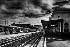 Sestri Levante - Stazione (tom22_allgaeu) Tags: europa italien sestrilevante europe italy italia it lightroom liguria ligurien stazione railstation bw blackandwhite blackwhite bianconero sw schwarzweis nocolor monochrom nikon tamron topaz clouds bahnhof d7200 16300mm sundaylights