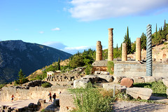 Temple of Apollo & replica of Serpent Column (ika_pol) Tags: unesco unescogreece worldheritage greece delphi antiquity ancient ancientgreece ancientruins geotagged parnassusmountains