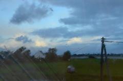 Aube mouillée (Jean-Luc Léopoldi) Tags: vitre pluie rain pane window fenêtre toit bretagne ciel mouillé wet poteau raindrops gouttes nuages clouds pré meadow