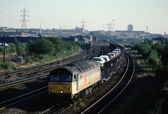 Witjh an empty train heading for Longbridge....this partially loaded trip heads for Washwood Heath....4T53 47201 Longbridge-Washwood Heath Saltley viaduct 28-08-1991 (the.chair) Tags: 4t53 47201 longbridgewashwood heath saltley aug 1991