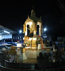 shrine to the go-to god for businesses in thailand (the foreign photographer - ฝรั่งถ่) Tags: lord brahma shrine yingcharoen fresh food market sapan mai bangkhen bangkok thailand canon night lights