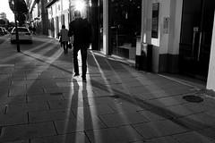 Eblouissement (cactus2016) Tags: rue contrejour noiretblanc ombres rennes reflets reflection streetphotography silhouettes shadows nombres