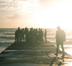embarcadero-grupo-amigos-sunset (Valua Travel) Tags: amigos grupo embarcadero chicos contraluz sol