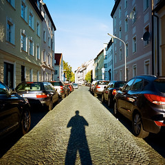 Gietlstraße (Nico Kaiser) Tags: camera:model=hasselblad500c film:brand=kodak film:format=120 film:lab=meinfilmlab film:roll=2017073 film:iso=100 film:name=kodakektar100 münchen giesing exterior nico selfportrait shadow street feldmüllersiedlung germany deu