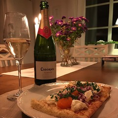 Enjoying a VERY good meal tonight ... homemade roe pizza with creme fraiche, red onion, parmesan and chive! A Cava from Spain went perfect to it! (Tankartartid) Tags: wine vin mousserandevin mousserande depthoffield dof äter eating flowers blommor ljus kök kitchen flaska bottle dinner middag mat food löjromspizza löjrom cava roepizza pizza instagram ifttt