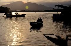 por mais dias assim! (Ruby Augusto) Tags: pescadores sunset pôrdosol reflection reflexos fishermen boats contraluz silhuetas silhouettes montains bertiogasp litoralnortepaulista