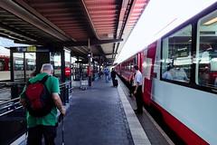 En gare de Coire (8pl) Tags: quai rail coire gare ferroviaire train wagon voitures premièreclasse extérieur chemindefer suisse grisons pavés contrôleur