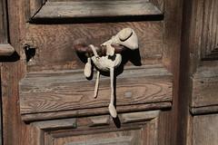 Door Doudou (Pi-F) Tags: porte bois ancien poignée détail doudou dodo door enfant jouet tissus texture jeudemots sarlat france pantin animal