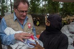Wertvolle Hilfsgüter (Caritas international) Tags: myanmar bangladesh caritas coxsbazar refugee rohingya flüchtlinge flüchtlingscamplager vertreibung familie personenmitarbeiter caritasinternational visibility bangladesch bgd