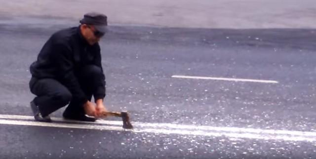 ВСамарской области свидетели сняли, как мужчина рубит тесаком двойную сплошную