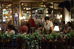 Preparando la mesa (ralcains) Tags: sevilla seville siviglia andalousia andalucia andalusia andalucía españa spain bar leica leicam240 m240 50mm summicron street streetphotography calle fotografiadecalle