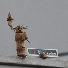 795 Mauerstraße (Alte Wilde Korkmännchen) Tags: friedenaueraltewildekorkmännchenberlincorklittlemanpeoplestreetart mitte freiheitsstatue statueofliberty noracism