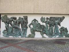 Quel est ce lieu??? Il s'agissait du bas-relief qui se situe à l'entrée du musée Sainte-Croix de Poitiers (86) (Yvette G.) Tags: quelestcelieu poitiers vienne 86 poitoucharentes nouvelleaquitaine musée muséesaintecroix basrelief évaristejonchères expositioninternationale 1937 artdéco palaisdechaillot apollon