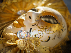 Memorie d'oro da Venezia (Karsten Gieselmann) Tags: 17mmf18 brauch dof em5markii gold karneval kultur mzuiko macromondays microfourthirds olympus schärfentiefe weis carnival culture golden kgiesel m43 mft white souvenir