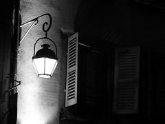 Licht im Dunkel-light in the dark (Anke knipst(try to catch up)) Tags: colmar frankreich france elsass alsace fensterladen shutter nightshot nachtaufnahme laterne latern